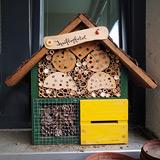 Hochbetrieb im Insektenhotel